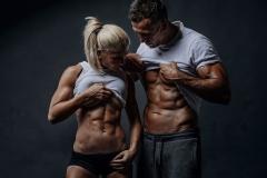 Fitnessfotografie-Pärchen-Sixpackvergleich