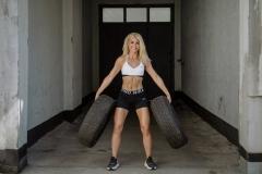 Fitnessfotografie-Frau-mit-Autoreifen-stehend