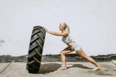Fitnessfotografie-Frau-Autoreifen