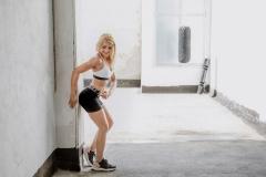 Fitnessfotografie-Frau-Wand-links