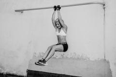Fitnessfotografie-Frau-Klimmzug