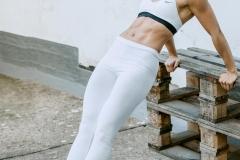 Fitnessfotografie-Frau-angelehnt