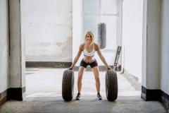 Fitnessfotografie-Frau-mit-Autoreifen-Crosstraing
