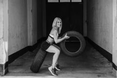 Fitnessfotografie-Frau-mit-autoreifen-crosstraining