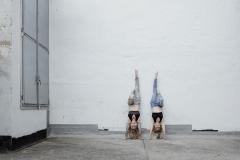 Akrobatik-Poletanzerinen-Kopfstand-Streetfotografie