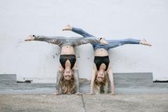 Akrobatik-Poletanzerinen-Kopfstand