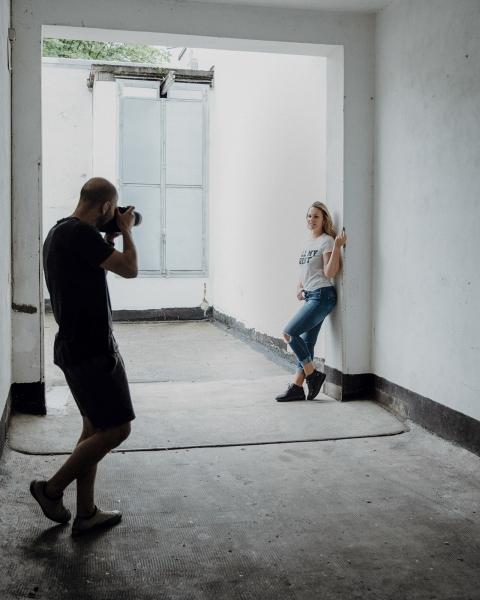 nonverbal | Portraitfotografie | Outdoor | Innenhof