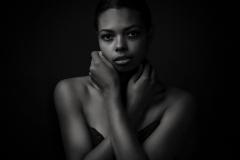 nonverbal-studioportrait-schwarzweiss-sensual