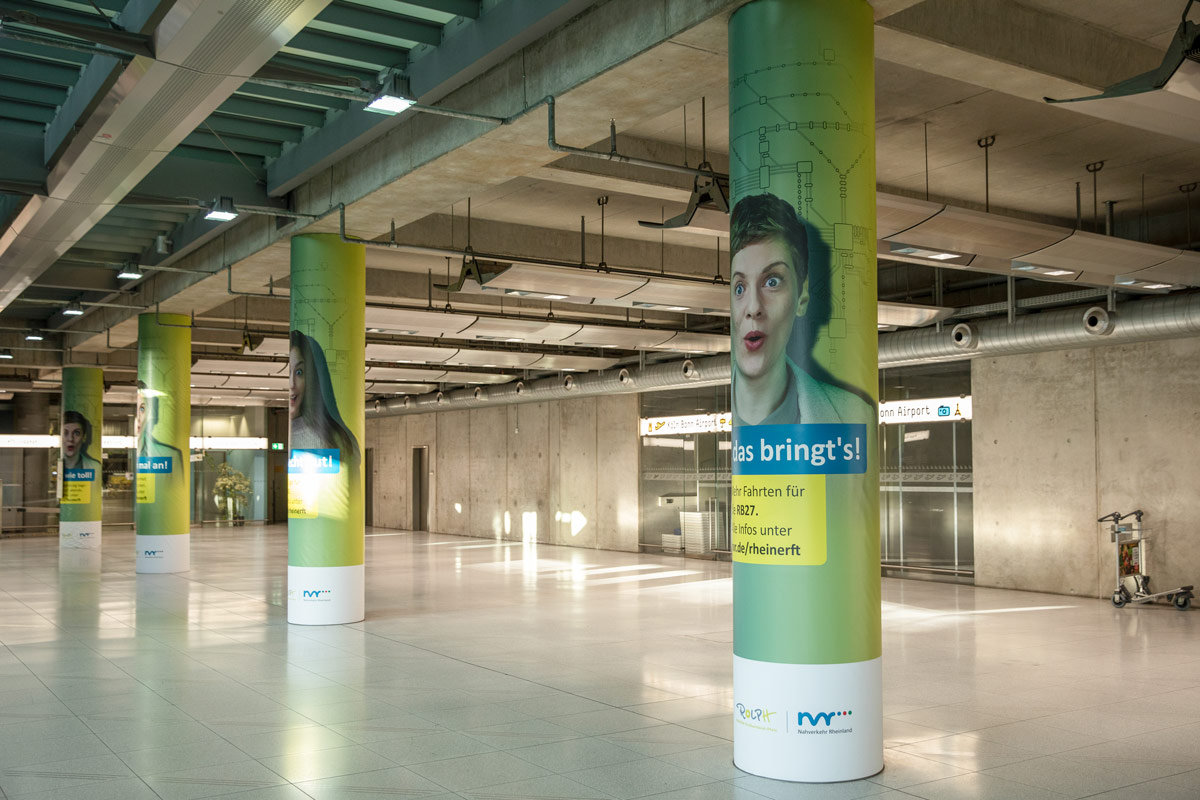 Werbekampagne-Nahverkehr-Rheinland-am-Flughafen-Köln-Bonn